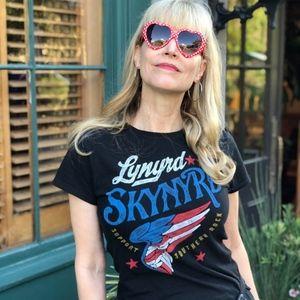 Tops - Rock Band Concert Tee w/ Heart Shaped Sunglasses 😎